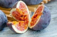 Figos maduros frescos cortados, close up, detalhe fotos de stock