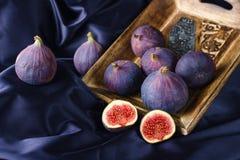 Figos maduros na bacia de madeira decorada Imagem de Stock