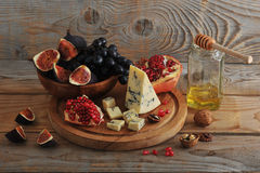 Figs and black grapes in a wooden bowl Royalty Free Stock Photography