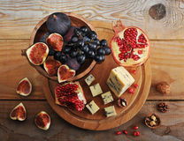 Figs and black grapes in a wooden bowl Royalty Free Stock Images