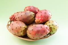 Figue de Barbarie et x28 ; opuntia& x29 ; fruits dans le plan rapproché en osier de plat sur le gre Photo stock