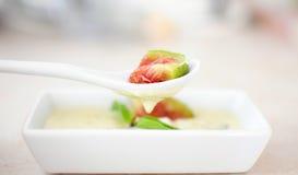 Figue fraîche avec de la sauce à fromage Image libre de droits