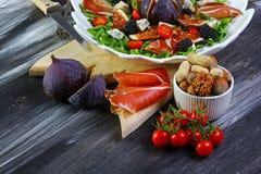 Figue, Prosciutto et arugula, salade de Parme de Di de Prosciutto, vue supérieure, configuration plate photo libre de droits