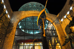FIGUERES SPAIN-AUGUST 6: Den glass kupolen av Dali Museum på Augusti 6,2009 i Catalonia, Spanien. Dali Theatre och museet är a arkivfoton