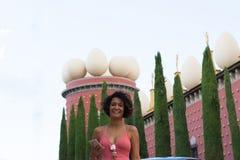 FIGUERES SPANIEN - AUGOST 14, 2018 - EN KVINNLIG TURIST EFTER TAGANDE royaltyfri foto