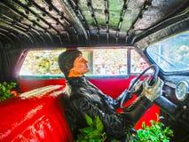 FIGUERES, SPANIEN - 8. SEPTEMBER 2010: Nicht identifizierte Leute und Auto an Dali-` s Museum in Figueres, Spanien Lizenzfreies Stockfoto