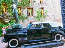 FIGUERES, SPANIEN - 8. SEPTEMBER 2010: Nicht identifizierte Leute und Auto an Dali-` s Museum in Figueres, Spanien Stockfotografie