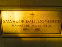 Figueres Spanien - September 15, 2015: Stiga ombord på väggen i rummet var Dali begravdes på Dali Museum i Figueres Royaltyfri Bild
