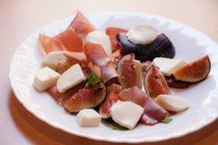 Figues avec le jambon de Parme et le fromage de mozzarella images stock