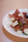 Figues avec le jambon de Parme et le fromage de mozzarella photographie stock libre de droits