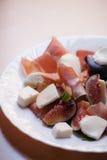 Figues avec le jambon de Parme et le fromage de mozzarella photo stock
