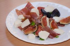 Figues avec le jambon de Parme et le fromage de mozzarella photo libre de droits