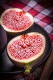 Figues coupées en tranches sur une table en bois photographie stock libre de droits