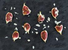 Figues cutted fraîches avec des pétales d'amande Photo stock