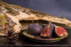 Figues de plat noir sur le fond en bois de table Image libre de droits