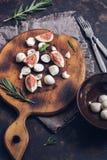 Figues des figues et du fromage de mozzarella sur une planche à découper mozzarella méditerranéen italien de nourriture de bufala Photos libres de droits