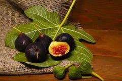 Figues douces mûres avec les feuilles vertes Figues méditerranéennes saines de figue Image stock