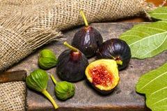 Figues douces mûres avec les feuilles vertes Figues méditerranéennes saines de figue Images stock