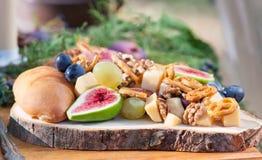 Figues en bois de whith de plat nuts Image stock