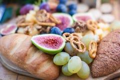 Figues en bois de whith de plat nuts Photographie stock