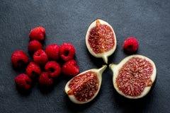 Figues et framboises fraîches coupées Photo libre de droits