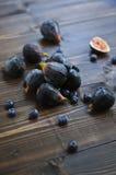 Figues et myrtilles fraîches sur la table en bois Photographie stock libre de droits