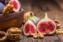 Figues et noix Quelques figues et noix dans une cuvette sur un vieil OE Photos libres de droits