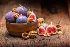 Figues et noix Quelques figues et noix dans une cuvette sur un vieil OE Photo stock