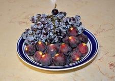 Figues et raisins noirs Photos stock