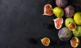 Figues fraîches avec des tranches Photos stock