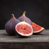 Figues fraîches avec des tranches Photo stock