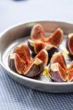 Figues fraîches avec l'huile d'olive Photos stock