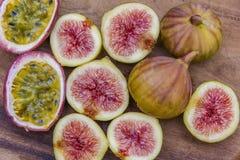 Figues fraîches coupées en tranches, bois organique, végétarien frais Photo libre de droits