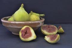 Figues fraîches d'isolement sur le fond foncé photographie stock