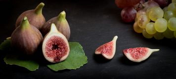 Figues fraîches d'isolement sur le fond noir Photo stock