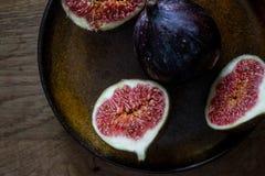 Figues fraîches d'un plat Photo stock