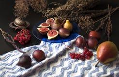 Figues fraîches d'un plat bleu Image stock