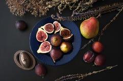 Figues fraîches d'un plat bleu Photos libres de droits