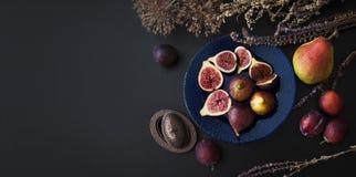 Figues fraîches d'un plat bleu Photos stock