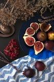 Figues fraîches d'un plat bleu Images libres de droits
