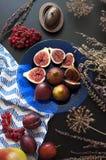 Figues fraîches d'un plat bleu Images stock