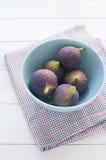 Figues fraîches dans la cuvette de turquoise Photos libres de droits