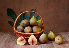 Figues fraîches dans un panier en osier Photos libres de droits