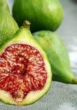 Figues fraîches de vert de coupure Photographie stock libre de droits