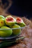 Figues fraîches dans la cuvette en verre Photographie stock