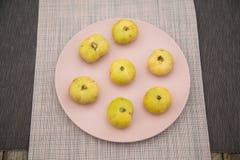 Figues jaune pâle d'un plat rose photographie stock libre de droits