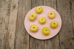Figues jaune pâle d'un plat rose photo libre de droits