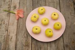 Figues jaune pâle d'un plat rose images stock