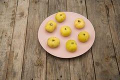 Figues jaune pâle d'un plat rose photographie stock