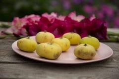 Figues jaune pâle d'un plat rose photos libres de droits